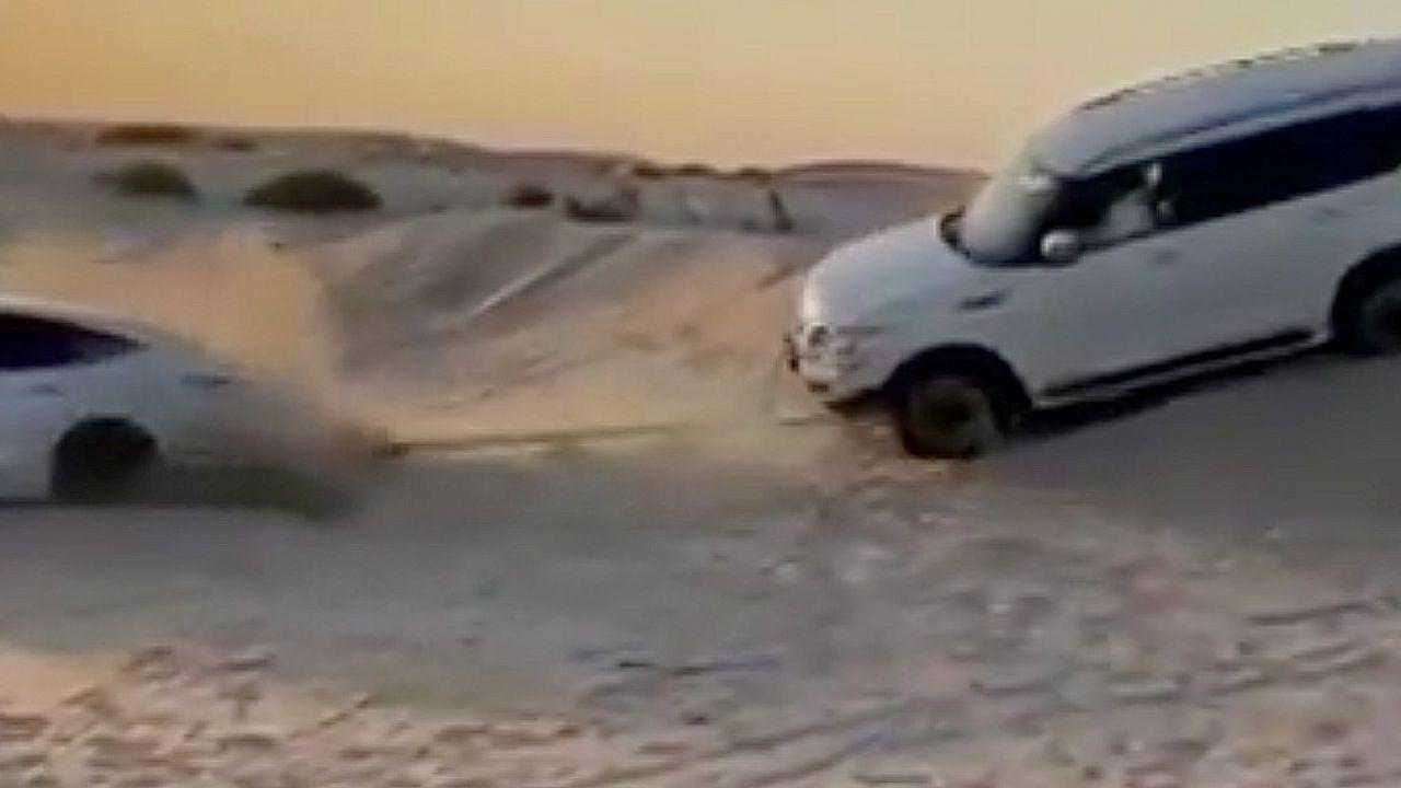 Tesla Model 3 salva un SUV Nissan dalle sabbie di Dubai