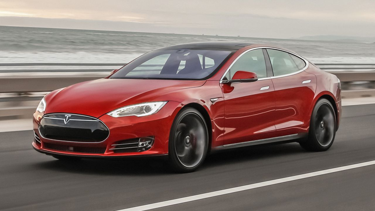 Tesla Model S hackerata a distanza, la dimostrazione video