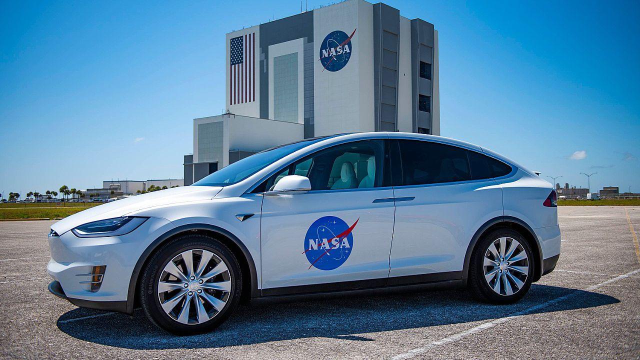 Tesla Model X, l'equipaggio della missione SpaceX Demo-2 viaggerà con classe