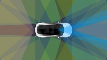 Tesla mostra il nuovo sistema di auto guida su strada