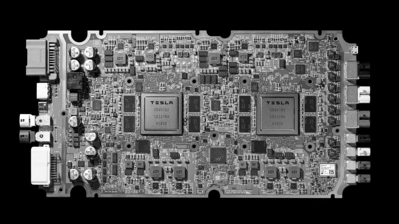 Tesla ha presentato il nuovo chip per la guida autonoma: è il più avanzato del mondo
