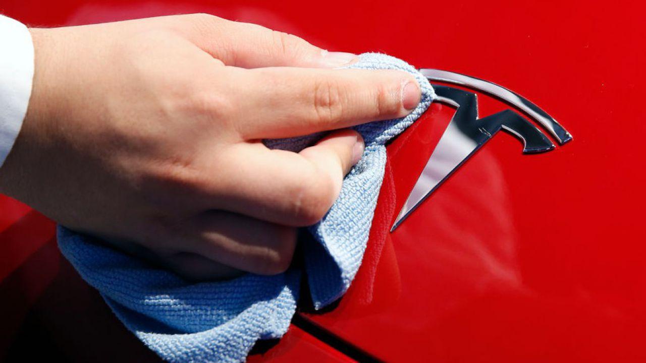 Tesla rilascia il primo rapporto di sicurezza sull'Autopilot, ma mancano alcuni dettagli
