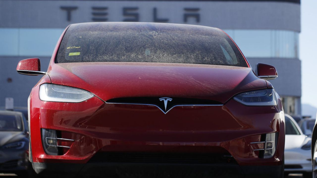 Tesla vuole riapre gli stabilimenti in California già oggi, ma può farlo?