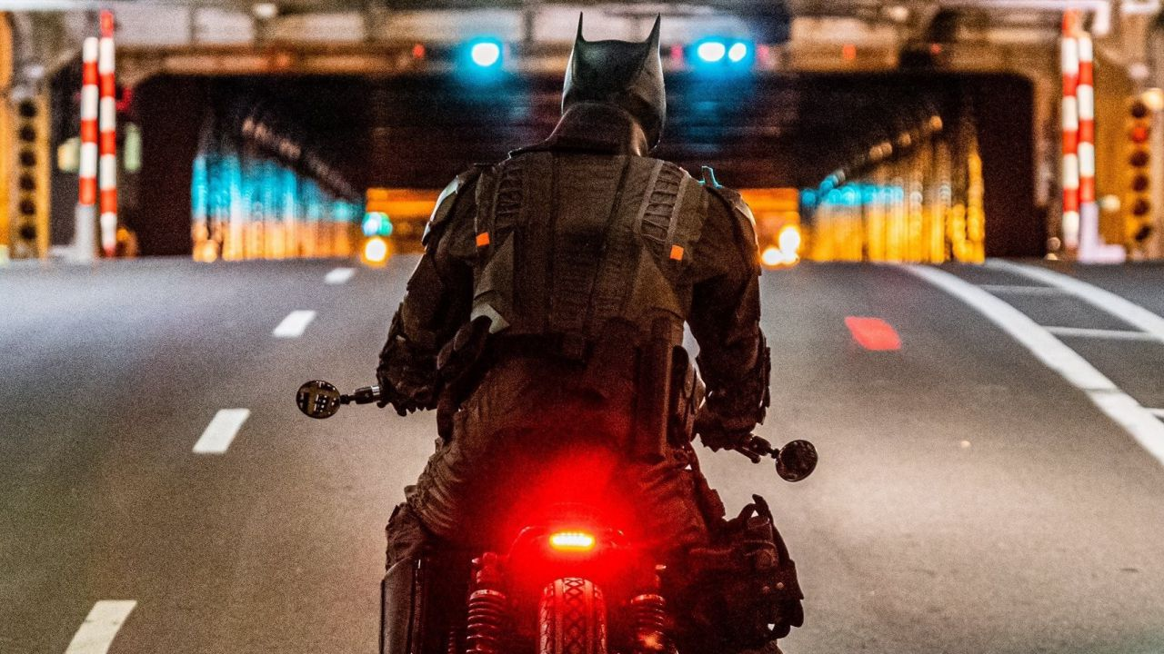 The Batman: l'inseguimento in moto tra le strade di Gotham si mostra con foto e video