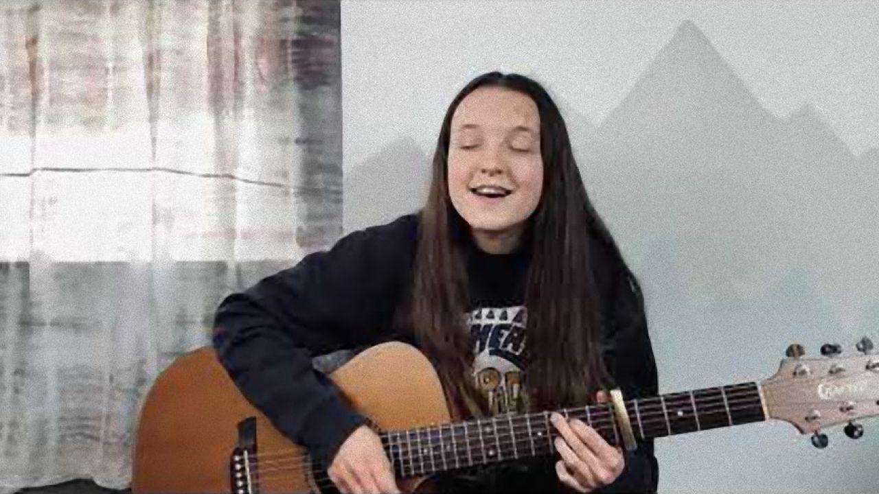 The Last of Us, Bella Ramsey come Ellie: sa suonare la chitarra, guardatela!