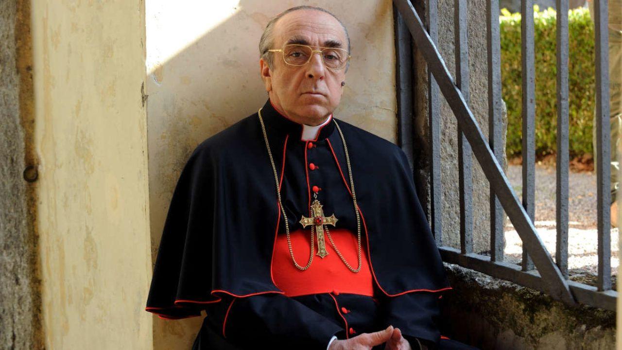 The New Pope, il Cardinale Voiello nega: 'Like del Papa alla modella? Non sono stato io!'
