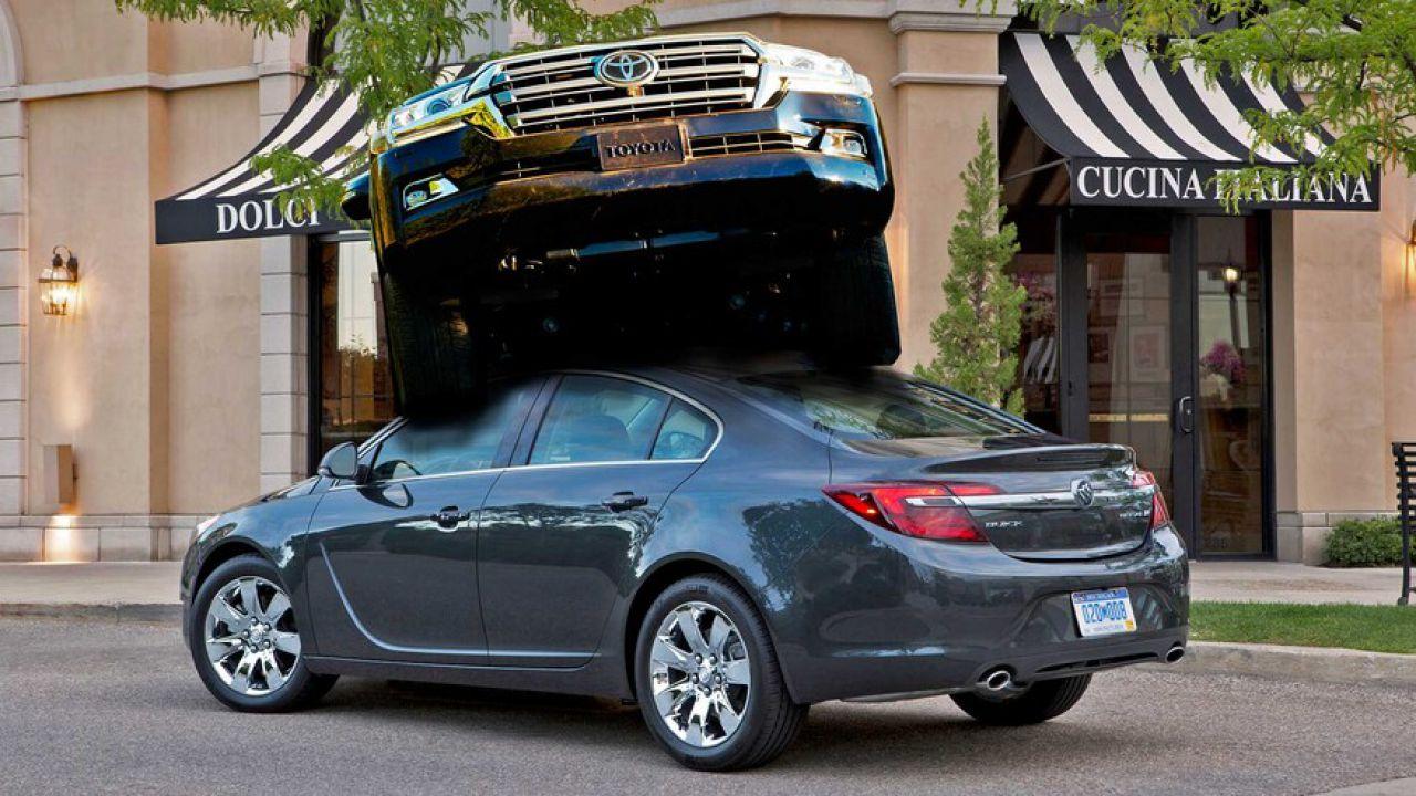 Toyota rubata si schianta per caso contro una Buick rubata: la polizia arresta tutti