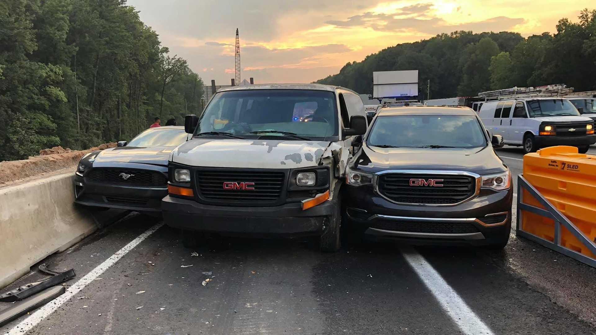 Tre auto in corsa verso l'uscita dell'autostrada si incastrano tra loro: la scena è comica