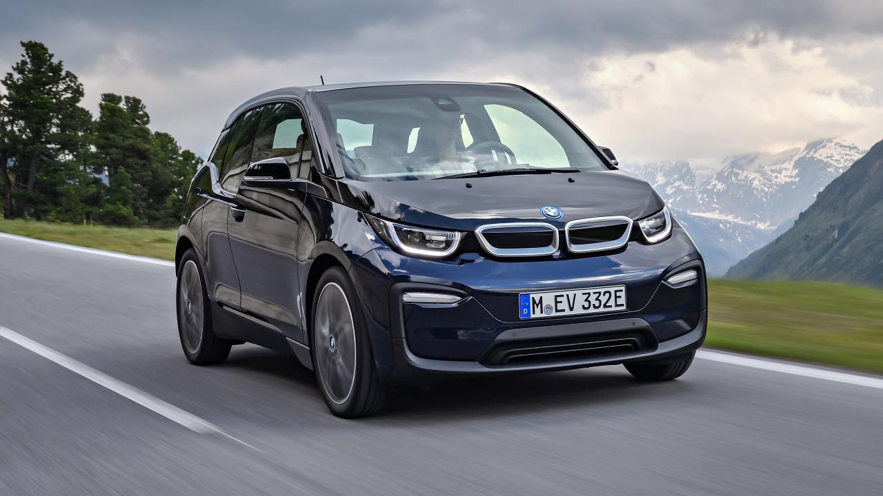 Trieste, ecco la prima scuola guida che usa un'auto elettrica (BMW i3)