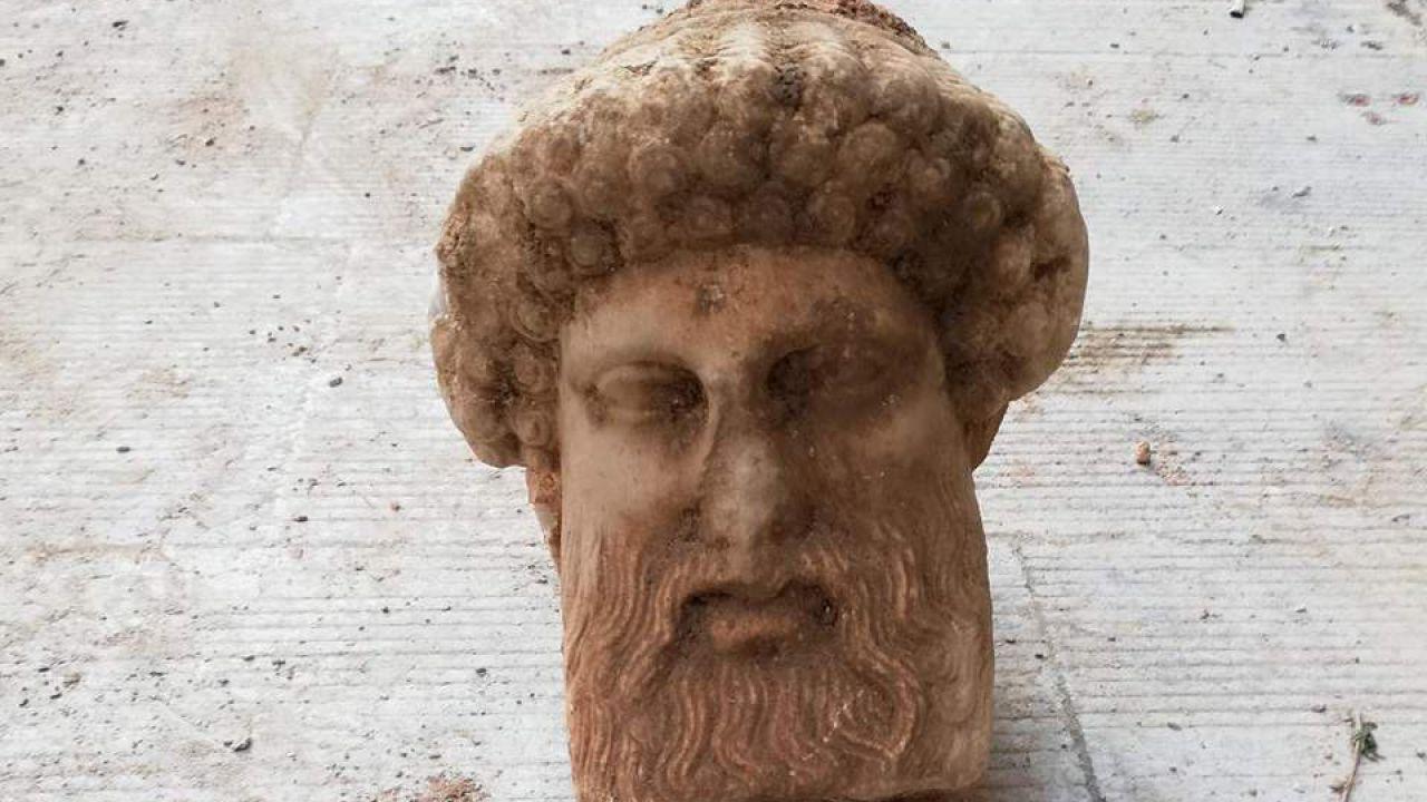Trovato nelle fogne di Atene il busto della divinità greca Ermes
