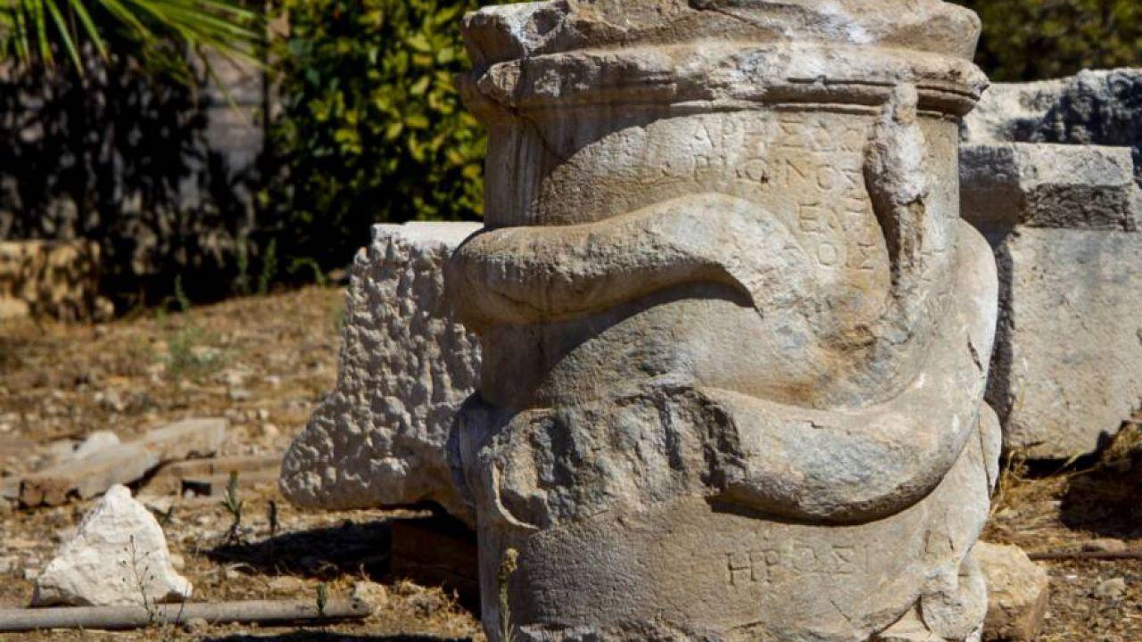 Un antico altare con un serpente è stato portato alla luce in Turchia
