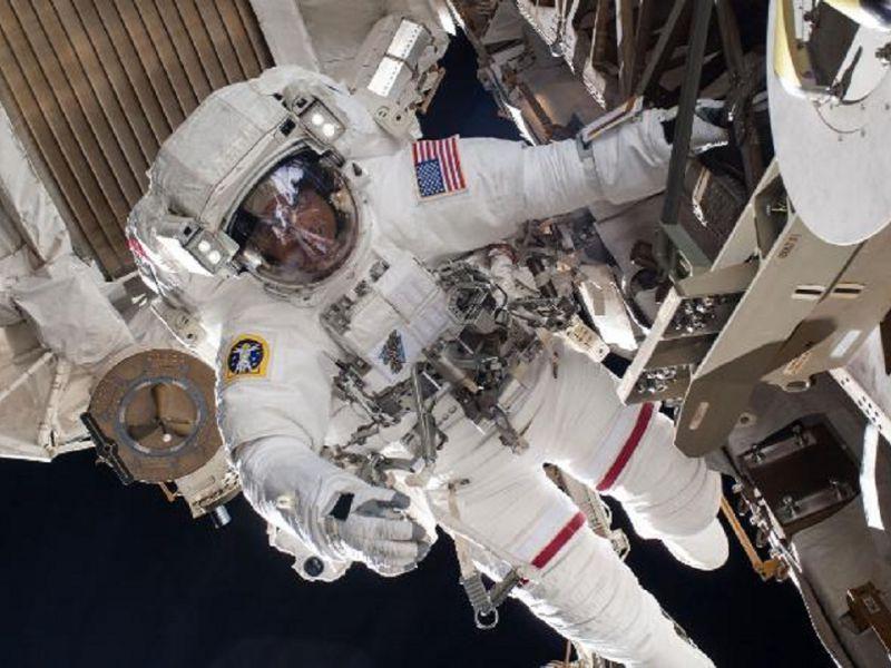 Un astronauta ha perso uno specchio durante una passeggiata spaziale