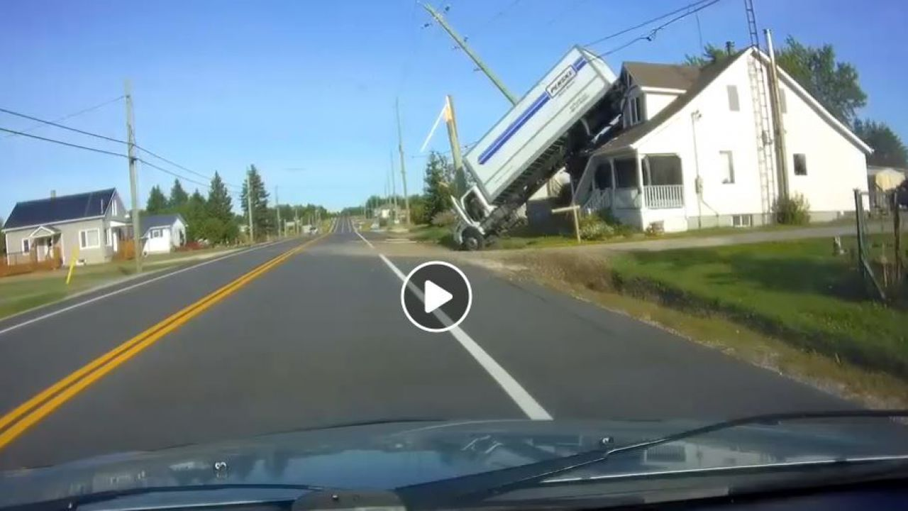 Un camion viola ogni regola della fisica e finisce incastrato su un tetto, video