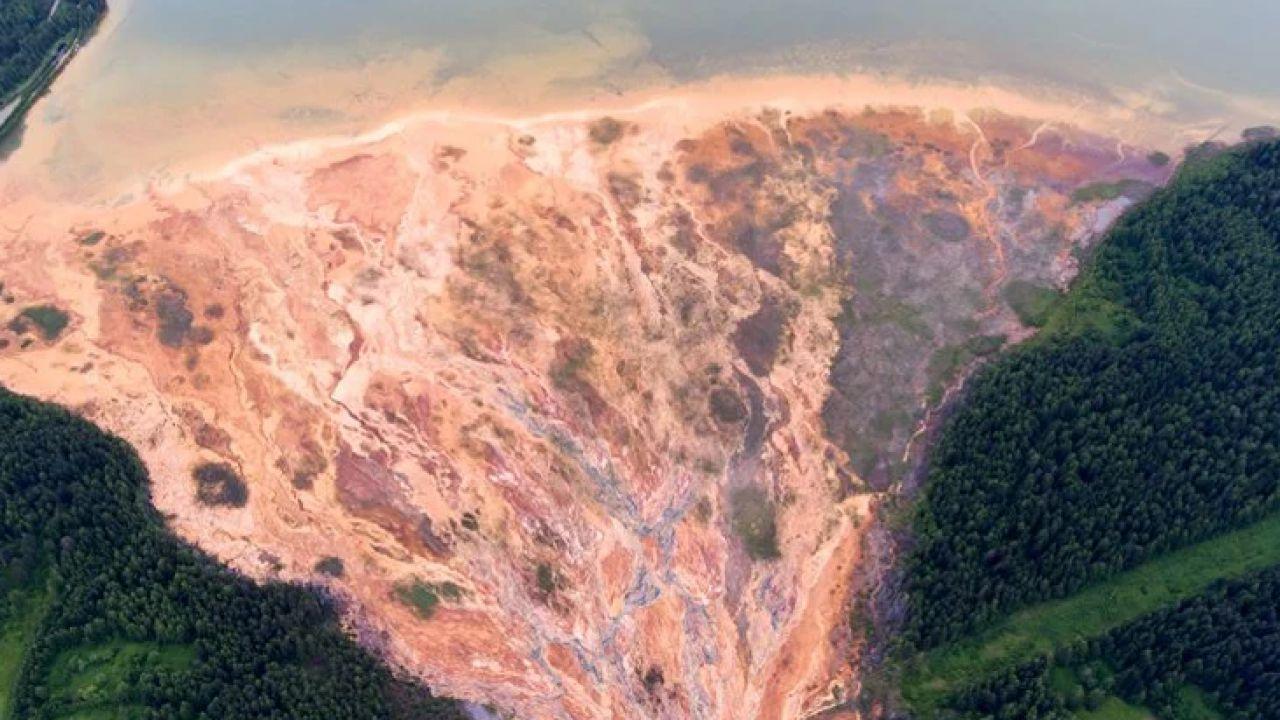 Un fiume è diventato arancione in Russia, colpa dei deflussi acidi di una miniera