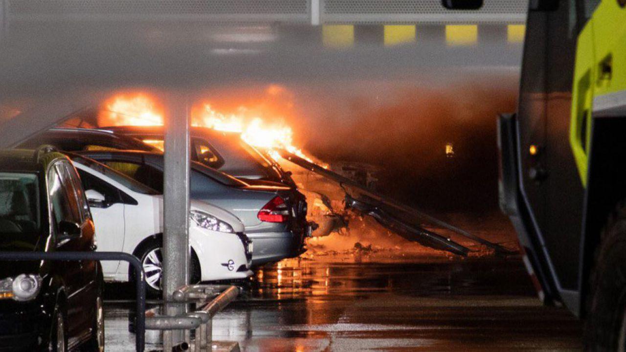 Un grave incendio in un parcheggio distrugge centinaia di auto