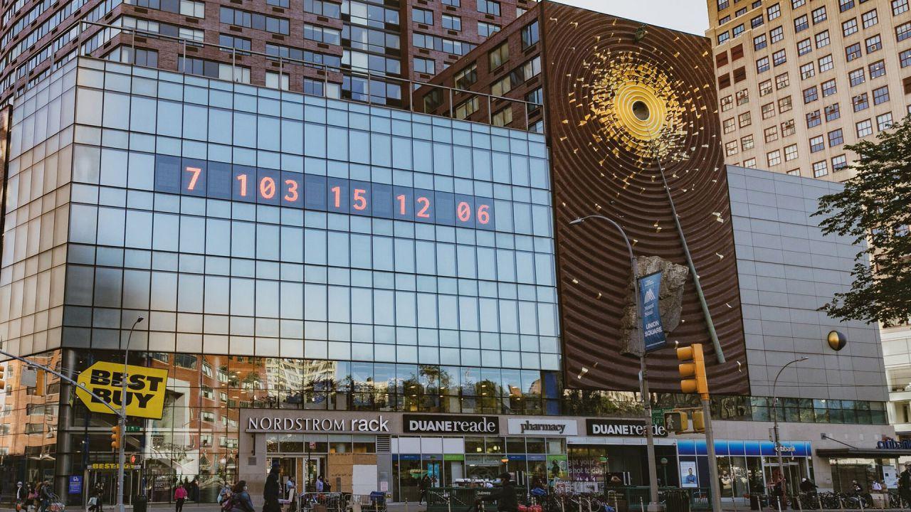 Un inquietante orologio che va a ritroso è apparso su un grattacielo di New York