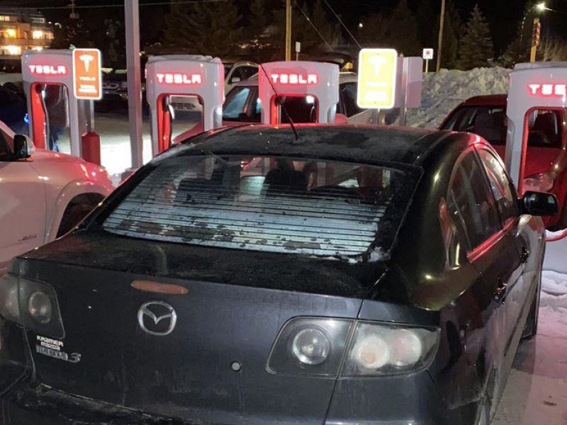 Un'intera stazione Tesla Supercharger occupata da auto tradizionali: è polemica