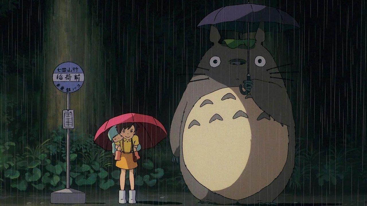 Una coppia di anziani ricrea dal vivo la fermata del bus del film Il mio vicino Totoro