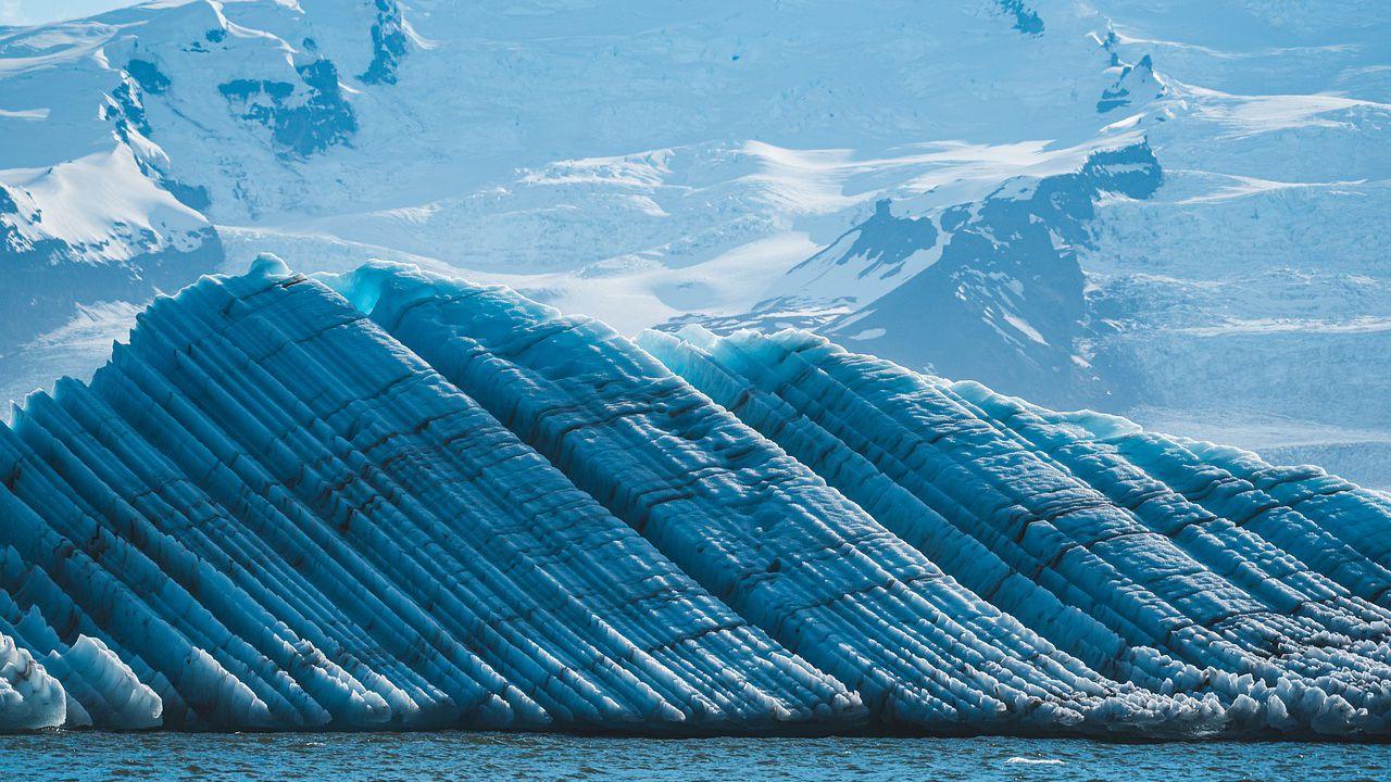 Una grossa piattaforma di ghiaccio si sta staccando da un ghiacciaio dell'Artico