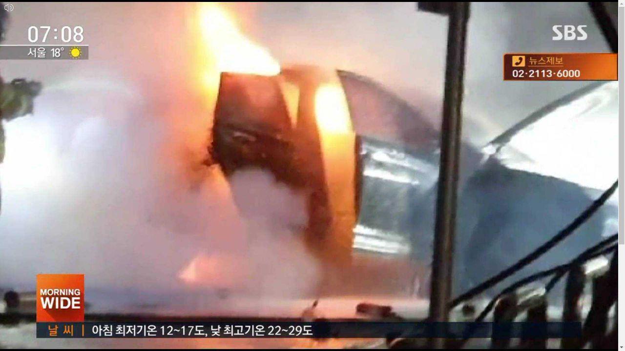 Una Hyundai Kona elettrica ha preso fuoco innescando un enorme incendio