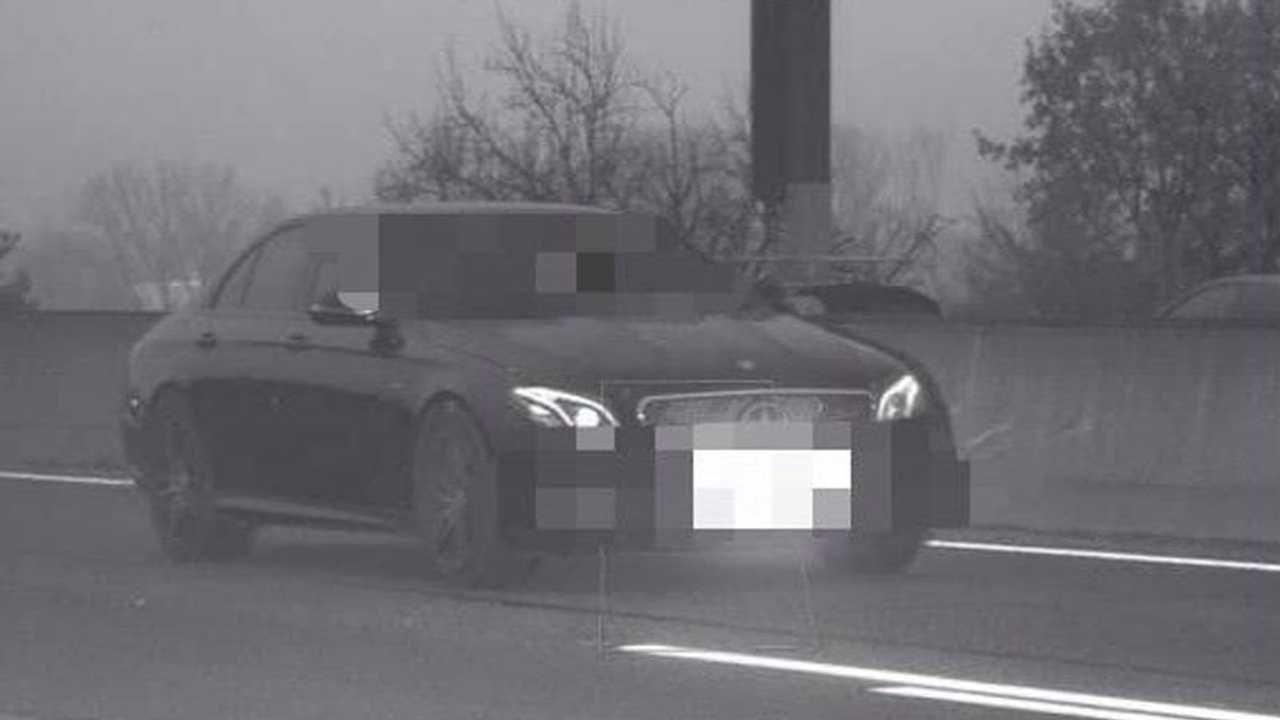 Una Mercedes Classe E viaggiava a velocità assurda: la polizia l'ha immediatamente fermata