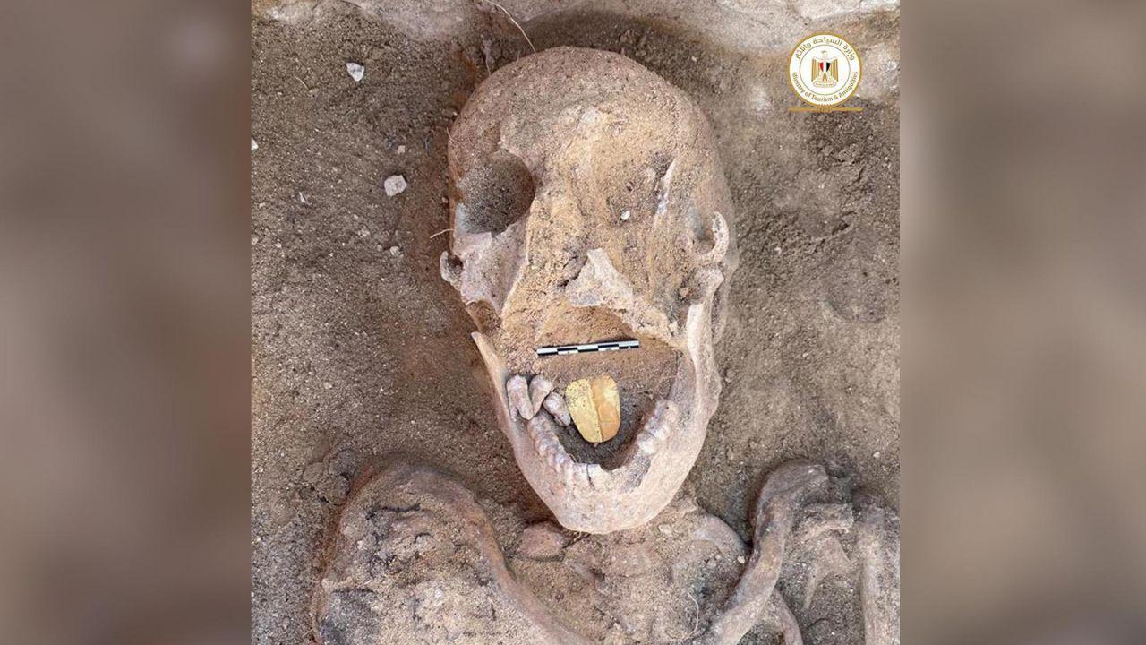 Una stranissima mummia dalla lingua dorata è stata trovata in Egitto