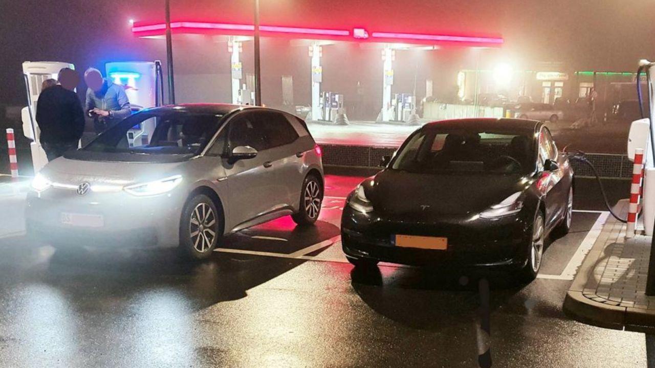 Una Tesla Model 3 e una Volkswagen ID.3 una accanto all'altra: confrontiamo le dimensioni