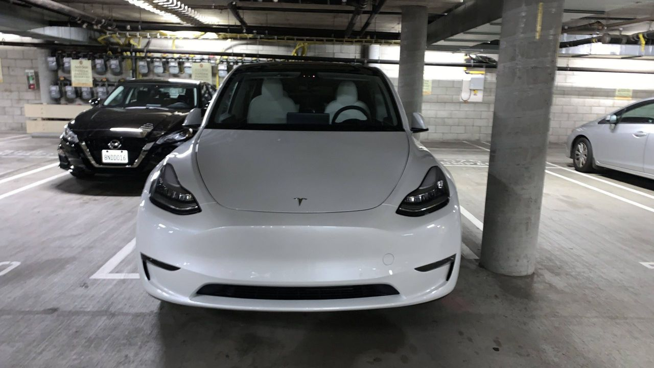 Una Tesla Model Y con sedili bianchi fotografata in un parcheggio: è la prima volta