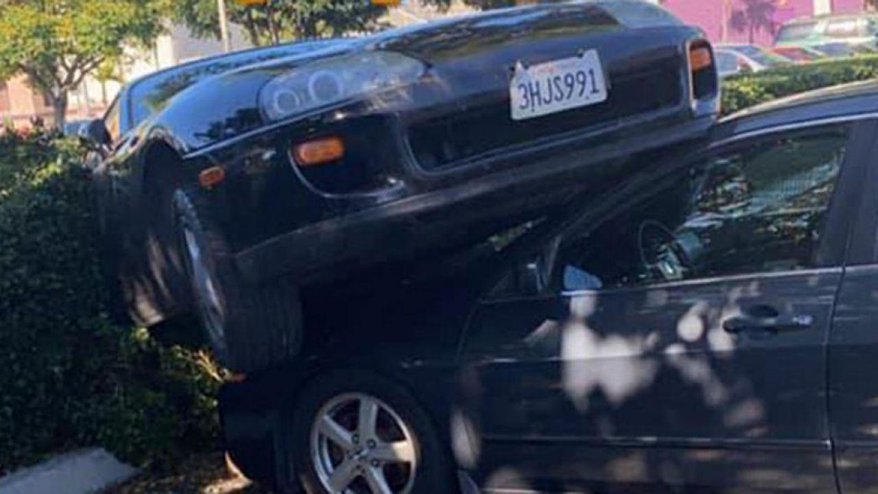 Una Toyota Supra è finita sul tetto di una Honda, e il come è un mistero
