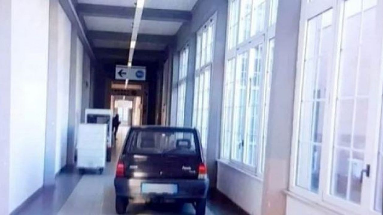 Uomo entra con la Panda in ospedale:'accompagnavo mio figlio'
