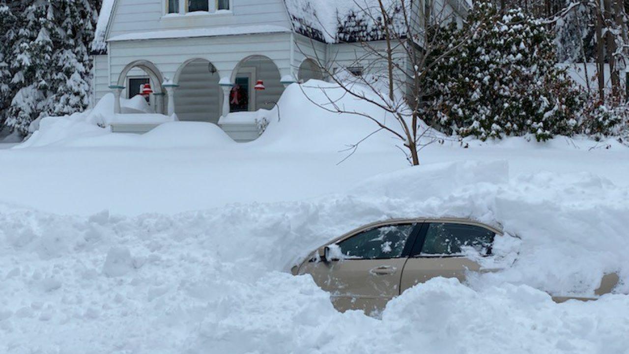 Uomo di New York resta bloccato sotto un metro e mezzo di neve: la tempesta perfetta