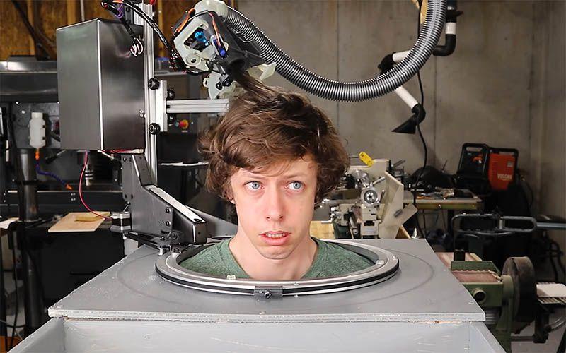 Vi fidereste a farvi tagliare i capelli da un robot armato ...