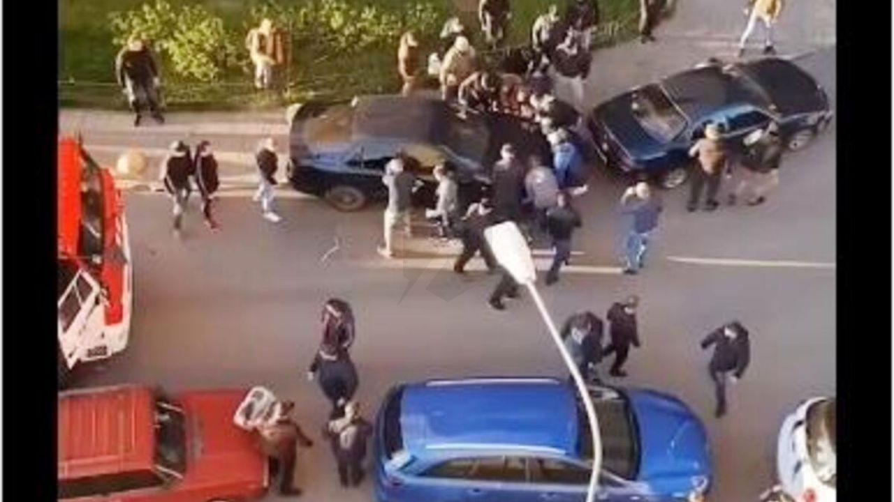 Vigili del fuoco bloccati da un'auto parcheggiata male: il video è assurdo