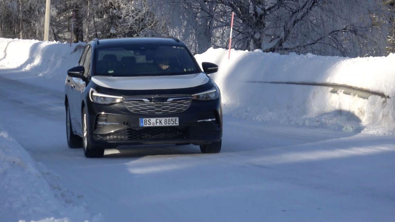 Volkswagen ha montato sulla ID.4 una griglia Opel per sviare la stampa: il video