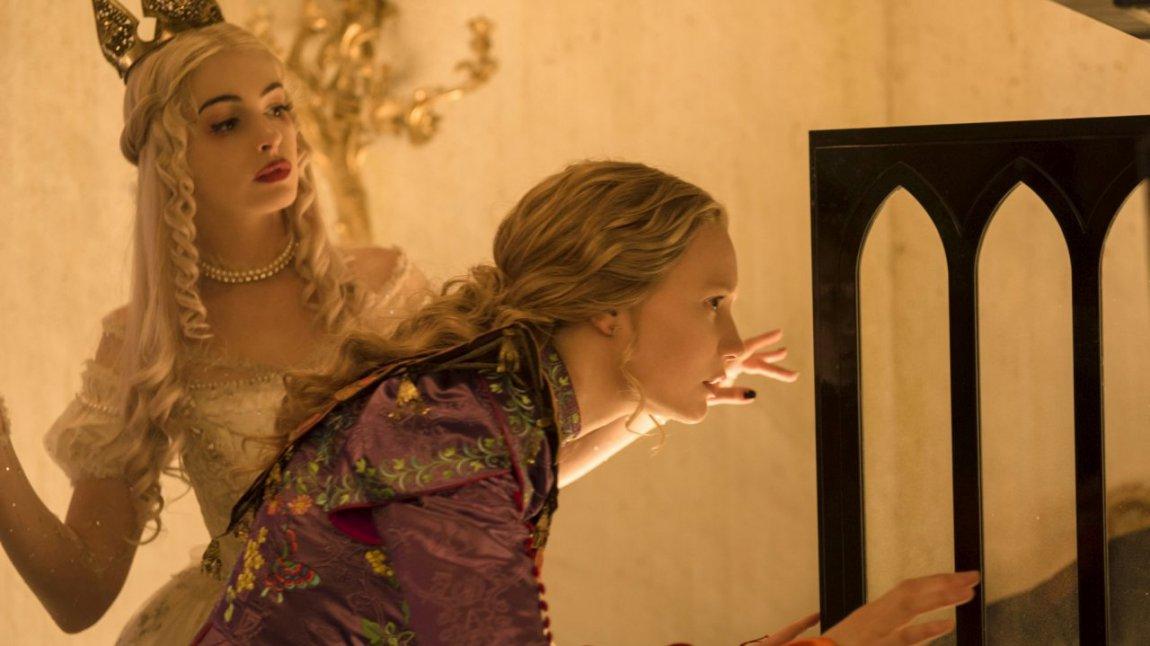 Recensione alice attraverso lo specchio everyeye cinema - Scrittura a specchio ...